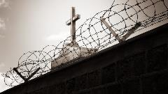 img-cross-around-barbwire