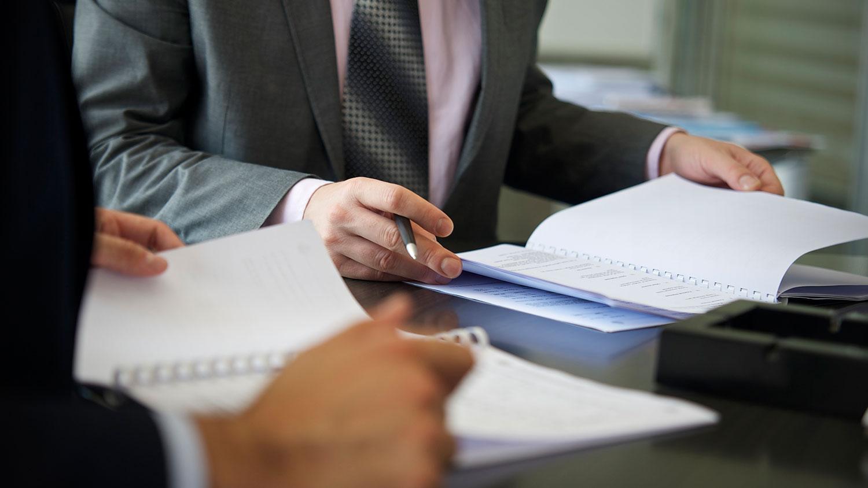 attorneysdiscussingcase-blog-052417