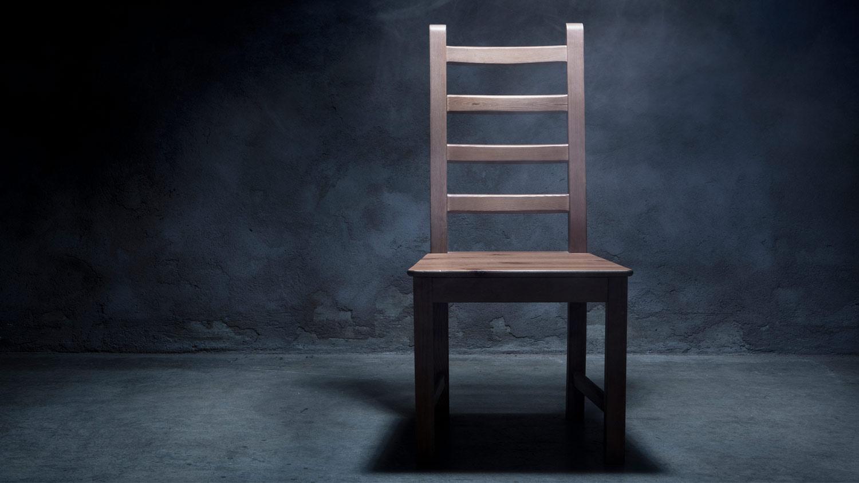 img-chair-in-dark-room