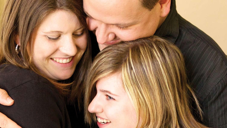 img-KatieAyers-family-hug
