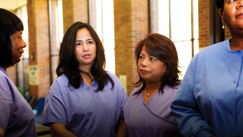 img-nurses-in-hallway