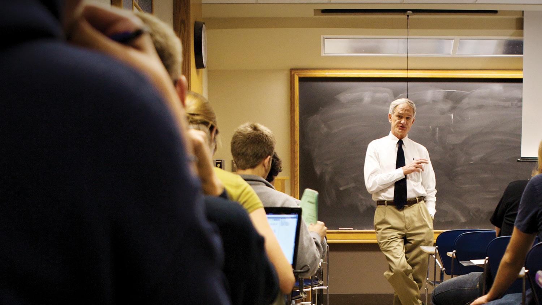 img-professor-in-class-2